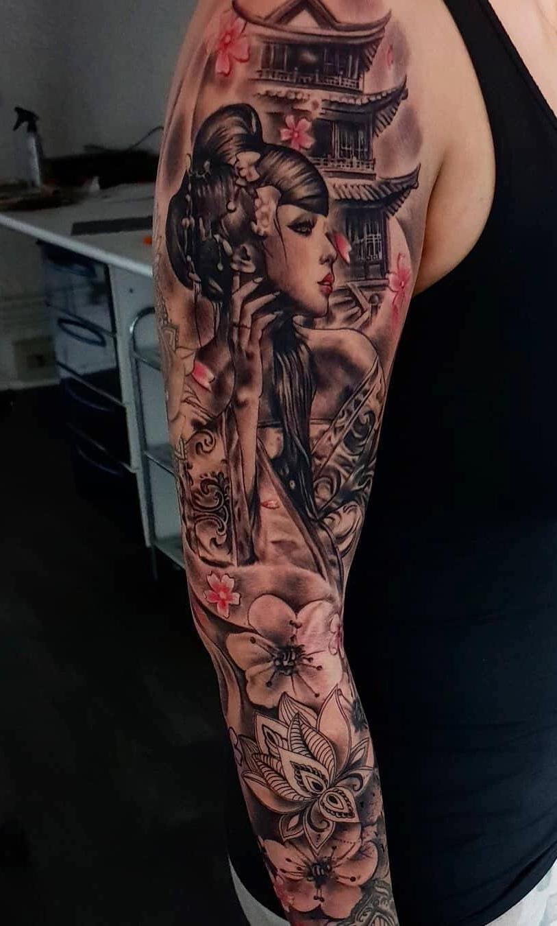 Tatuagem-de-braço-fechado-feminina-1