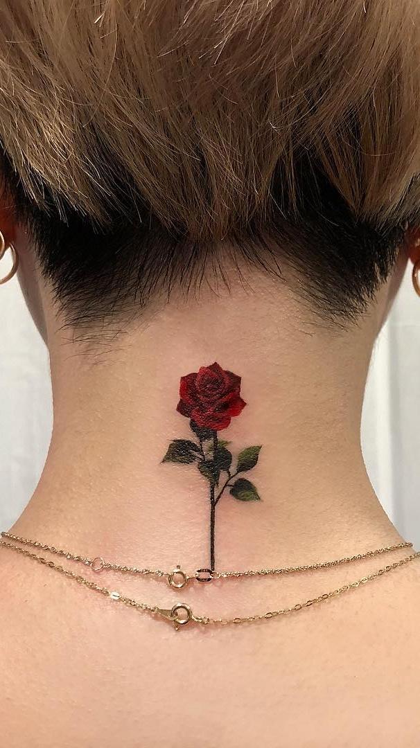 Tatuagem-de-rosa-no-pescoço