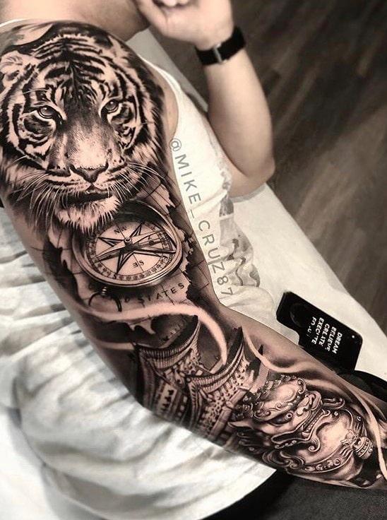 braço-fechado-de-tatuagem-de-tigre-e-bussola