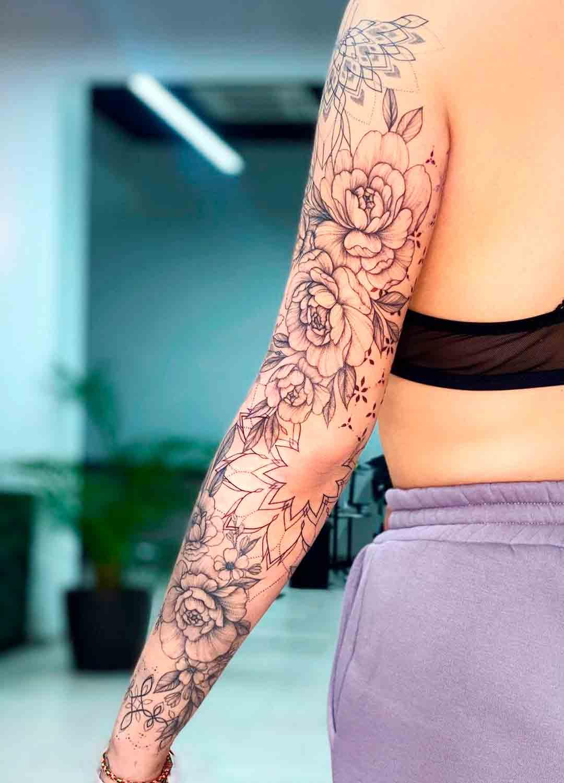 braco-fechado-de-tatuagens-femininas