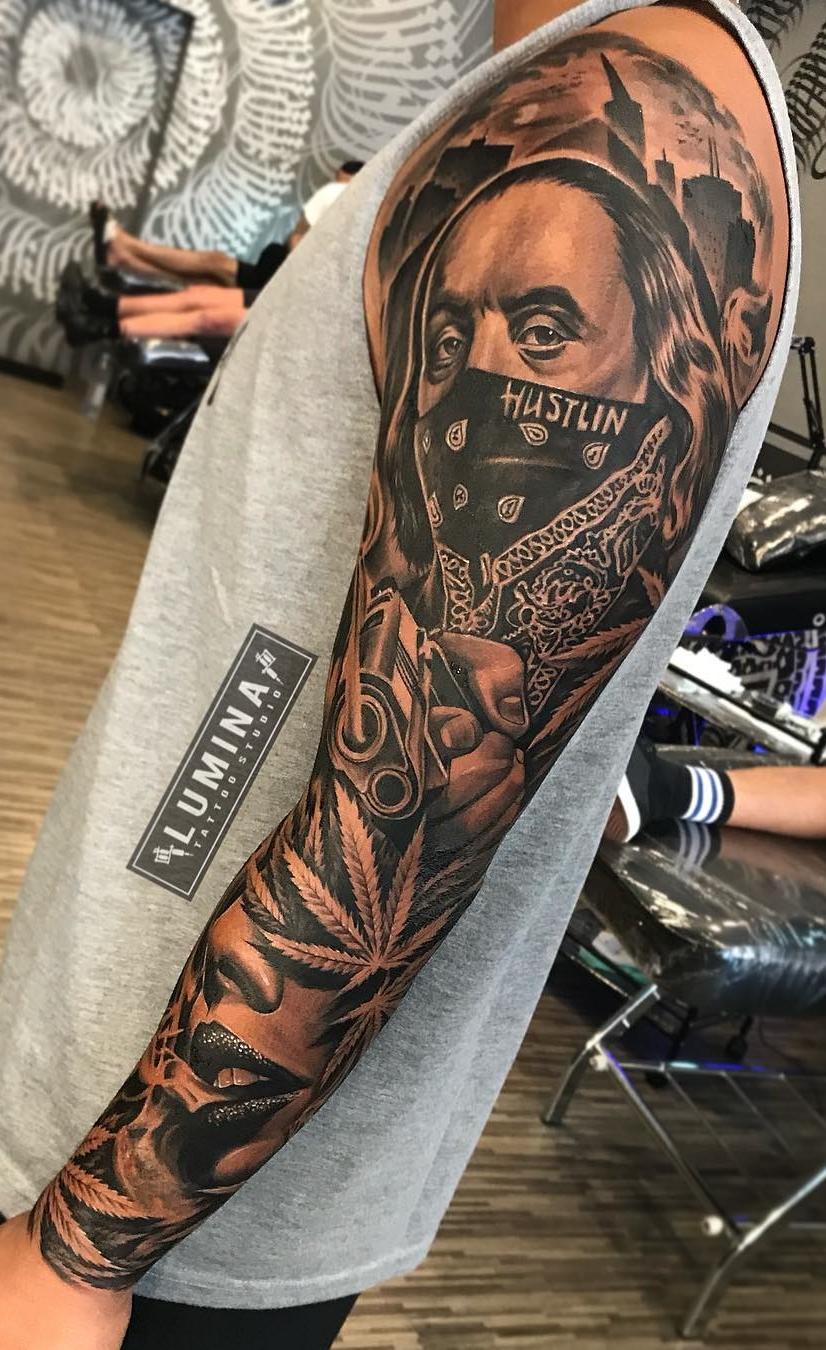 tatuagem-masculina-de-braço-fechado-preto-e-branco