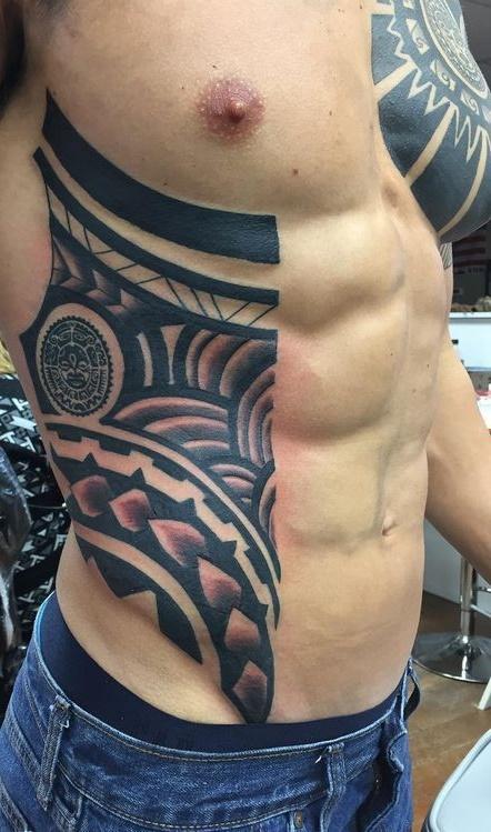 Tatuagem-masculina-na-costela-20
