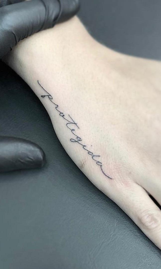 tatuagem-escrita-protegida-na-mão