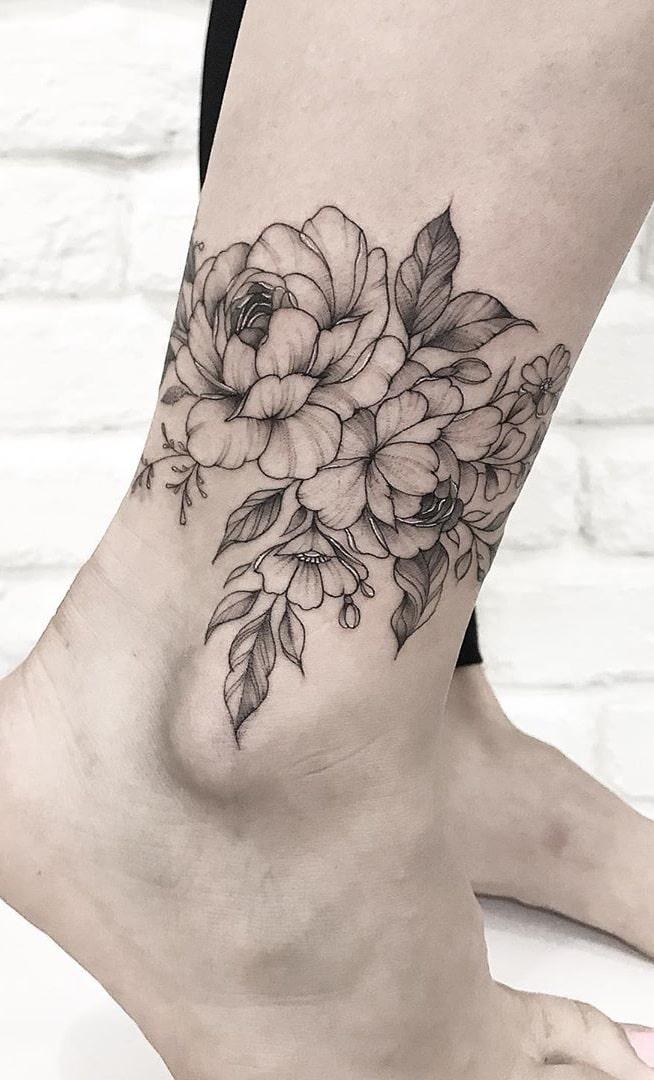 tatuagem-no-tornozelo-de-flores