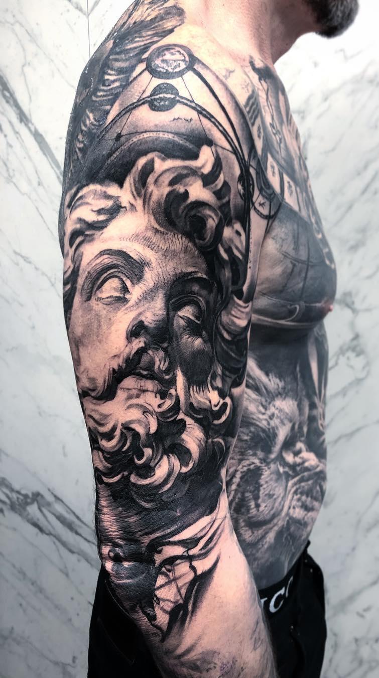 tatuagem-na-parte-superior-do-braço-masculino