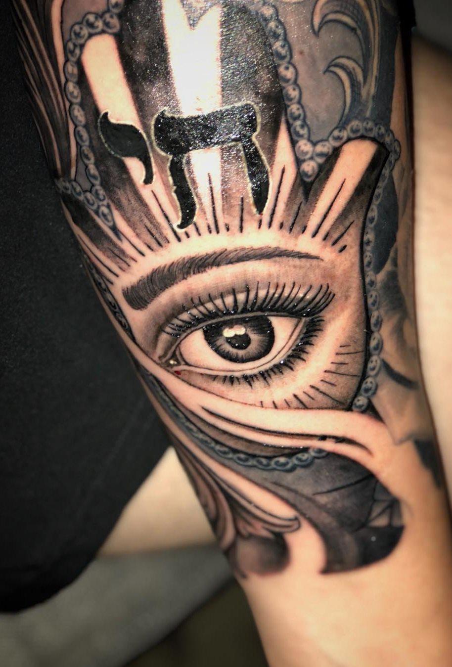 tatuagens-masculina-na-parte-superior-do-braço-7