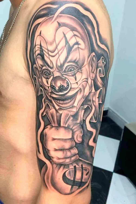 Tatuagem-de-palhaco-segurando-saco-de-dinheiro