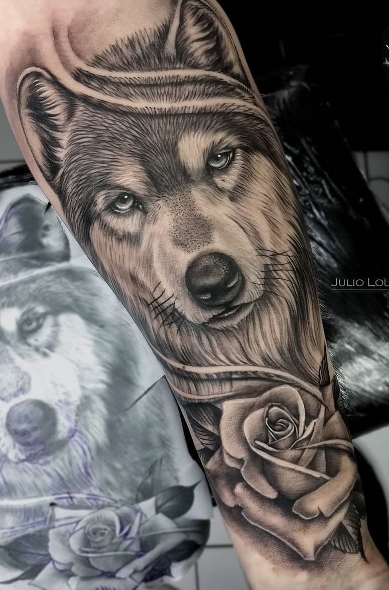 tatuagem-de-lobo-com-uma-rosa