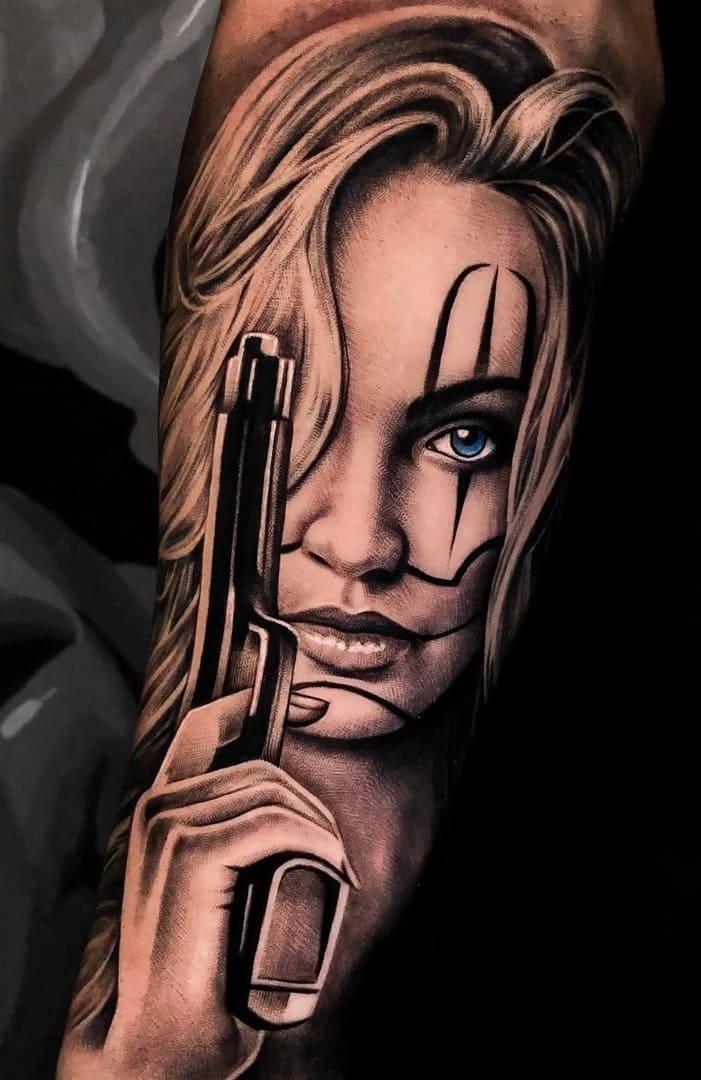 tatuagem-de-mulher-segurando-pistola