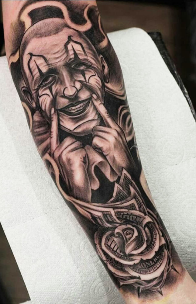 tatuagem-de-palhaço-sorrindo-e-notas-de-dolar