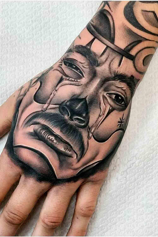 tatuagem-de-palhaco-chorando-na-mao