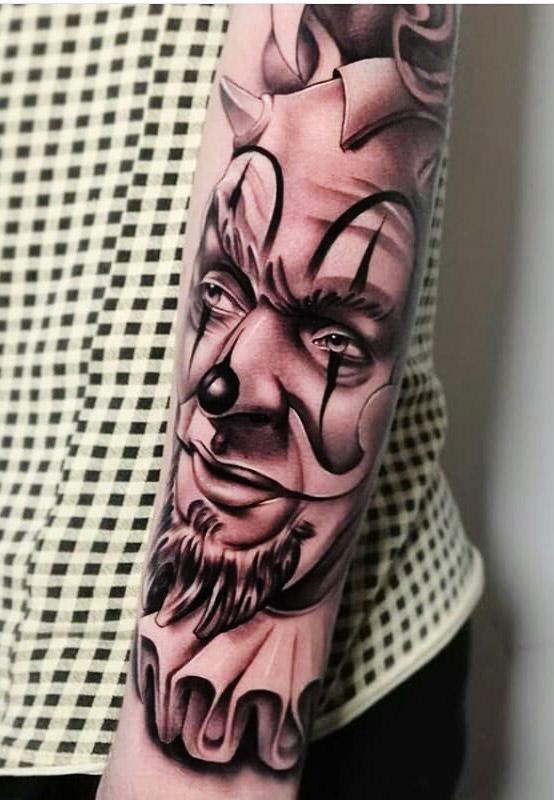 tatuagem-masculina-de-palhaço-no-antebraço