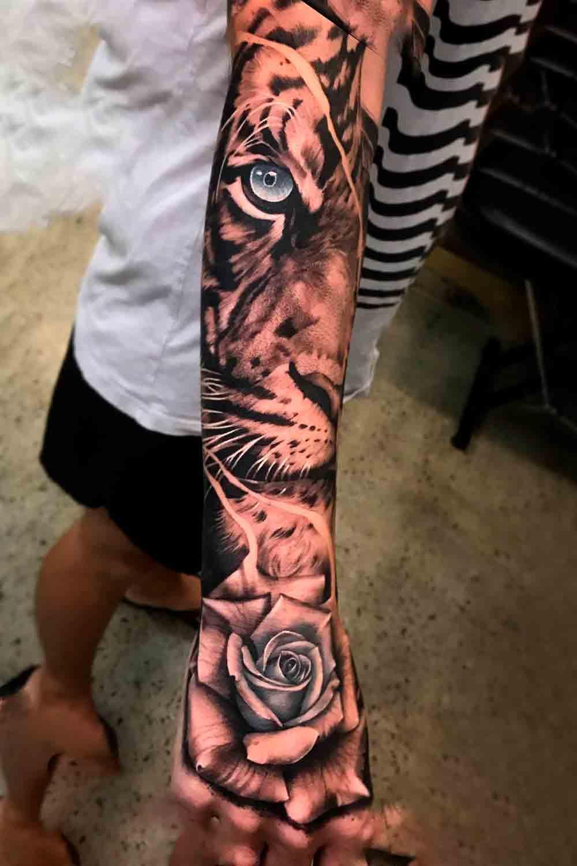 tatuagem-no-antebraco-de-tigre-e-rosa