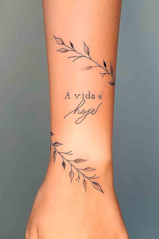 tatuagem-no-antebraco-escrito-a-vida-e-hoje