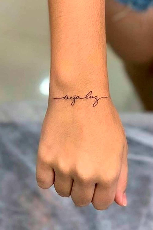 tatuagem-no-pulso-escrito-seja-luz