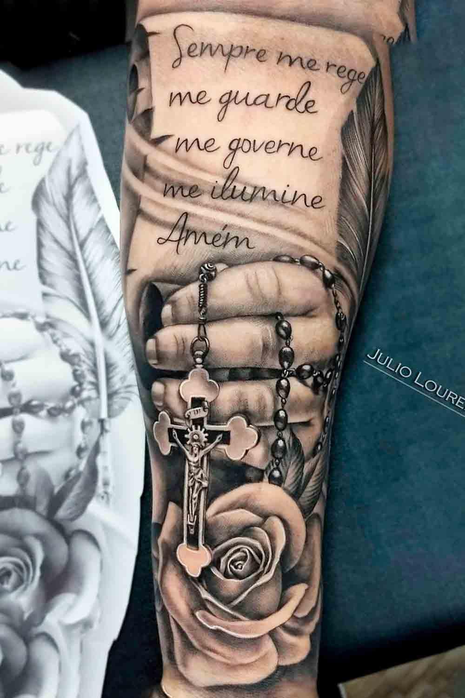 tatuagem-religiosa-com-pergaminho-e-mao-segurando-terco