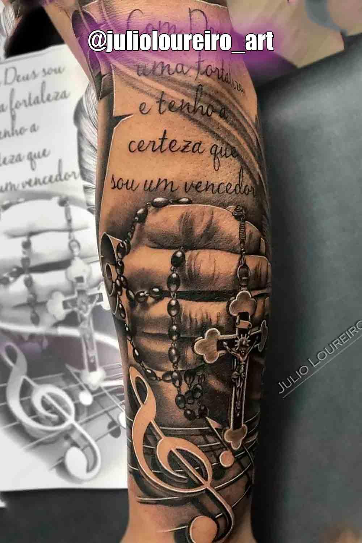 tatuagem-religiosa-de-mao-segurando-terco