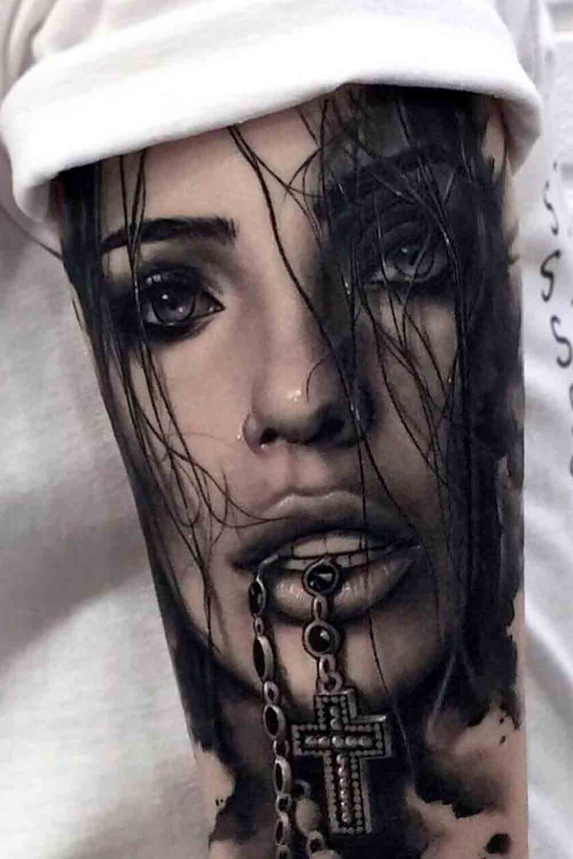tatuagem-religiosa-de-mulher-com-terco-na-boca