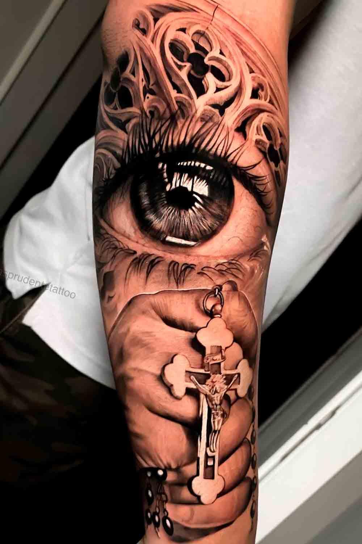 tatuagem-religiosa-de-olho-e-mao-segurando-cruz