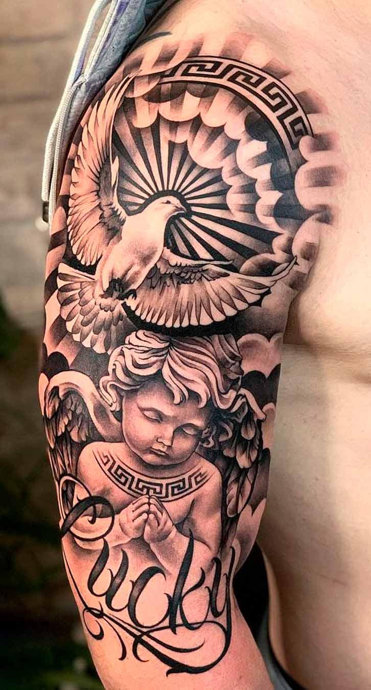 tatuagem-religiosa-na-parte-superior-do-braco-masculino