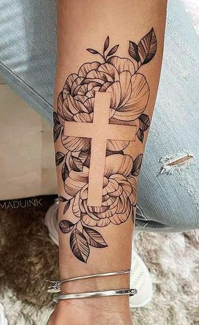 tatuagem-de-cruz-feminina-no-braco