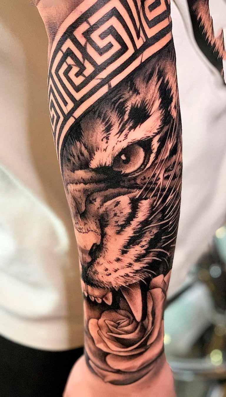 tatuagem-masculina-de-tigre-com-tribal