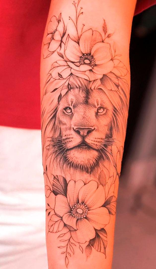 tatuagem-feminina-de-leao-com-flores-no-antebraco