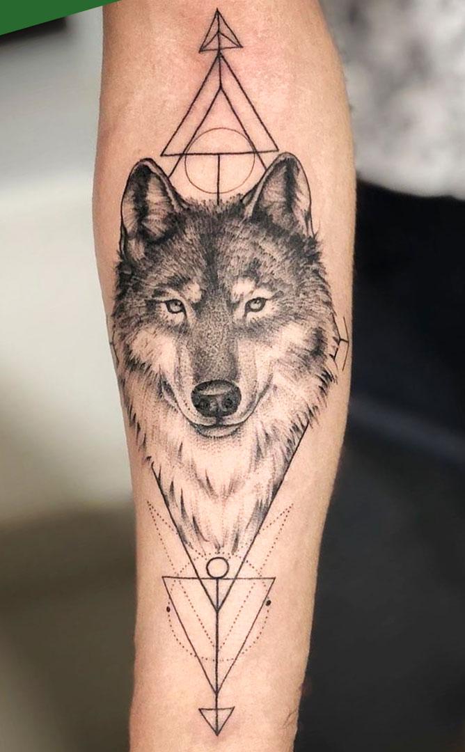 tatuagem-de-lobo-com-figuras-geometricas-ao-redor