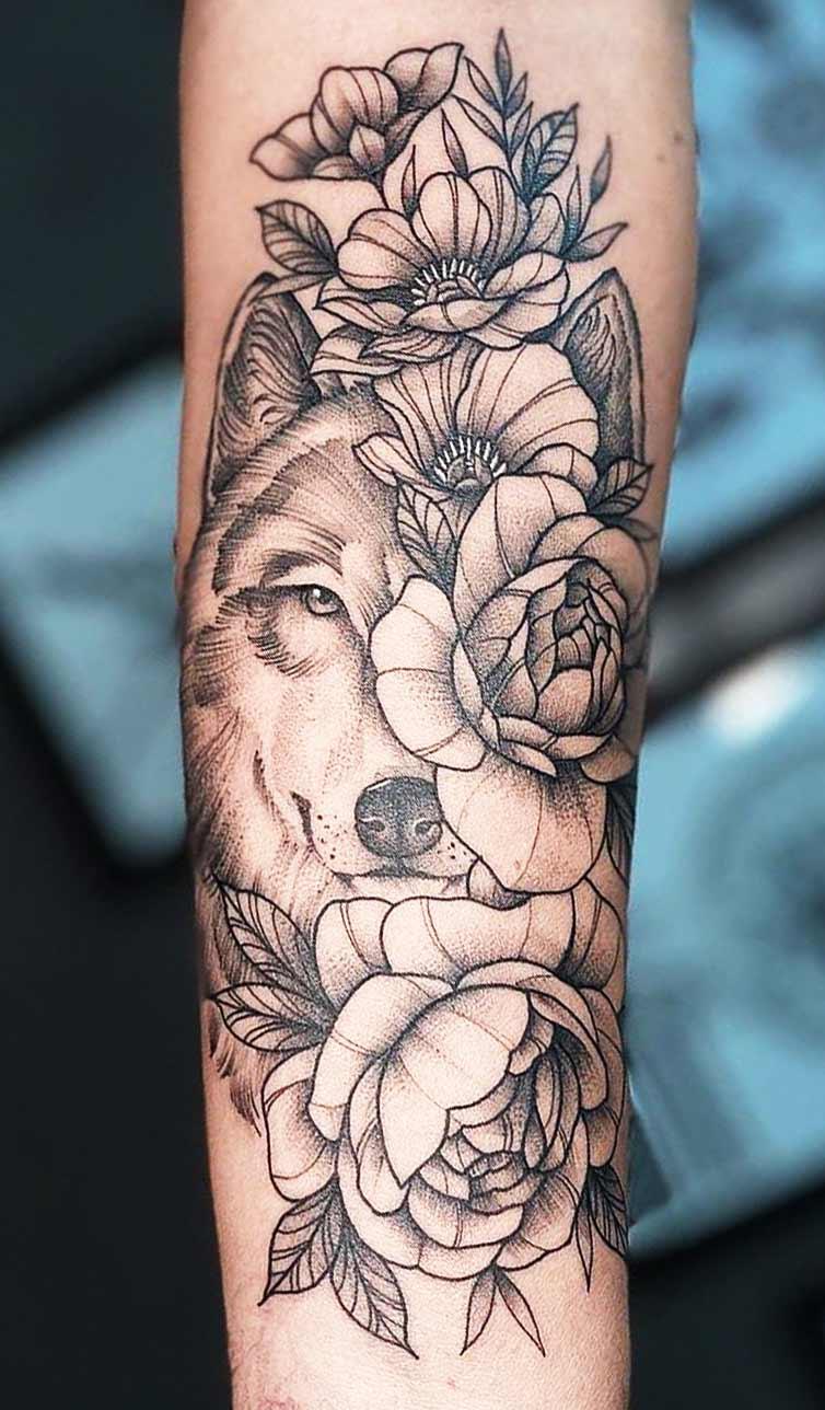 tatuagem-de-lobo-com-flores