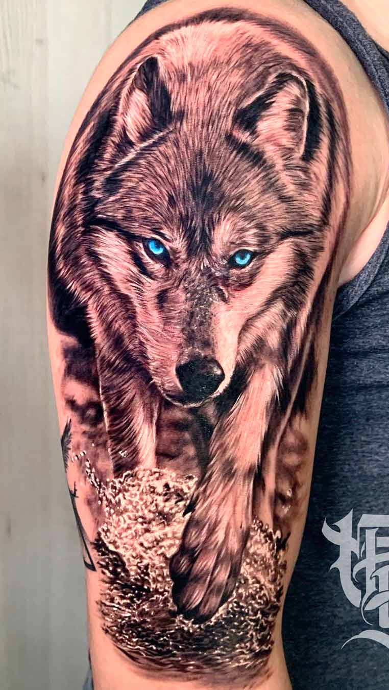 tatuagem-de-lobo-dos-olhos-azuis-na-parte-sueprior-do-braco