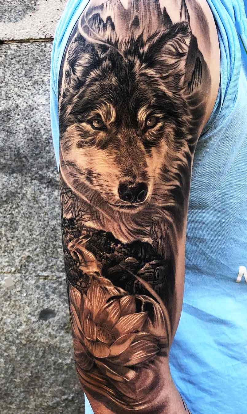 tatuagem-de-lobo-maculina-na-parte-superior-do-braco-2020