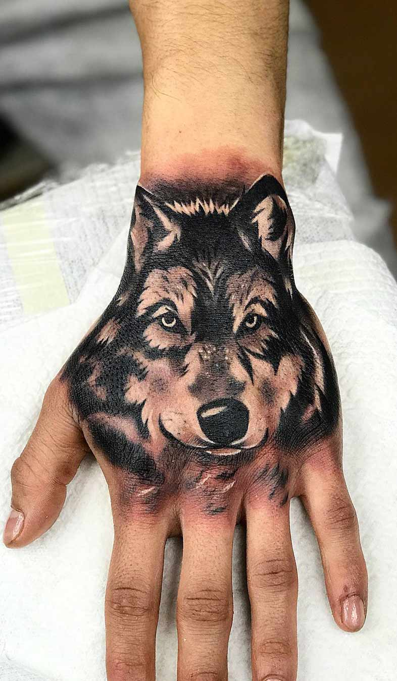 tatuagem-de-lobo-masculina-na-mao