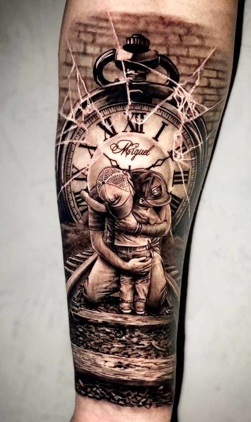 tatuagem-de-pai-abracando-o-filho-e-relogio