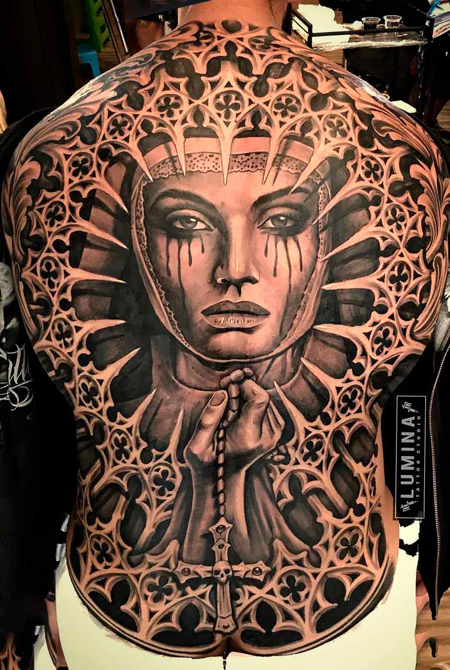 tatuagem-de-freira-chorando-nas-costas