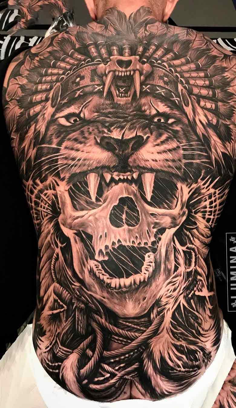 tatuagem-de-leao-e-caveira-nas-costas